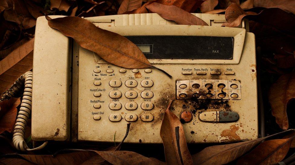 El fax es anterior a la época digital, pero su uso sigue vigente.