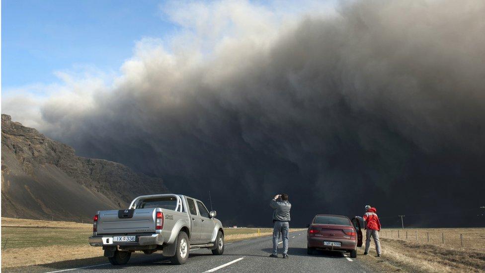 La extinción de la humanidad por la erupción de un volcán o un meteorito son causas poco probables.