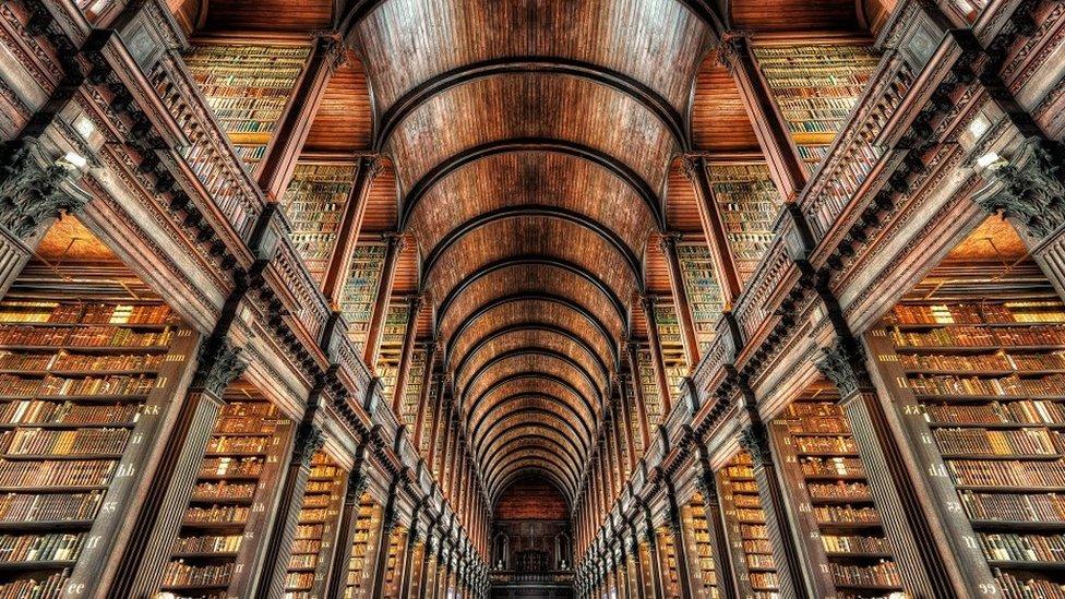 La sola existencia de las bibliotecas ofrece la mejor evidencia de que aún podemos tener esperanza sobre el futuro del hombrehtml5-dom-document-internal-entity1-quot-end, dijo el poeta T.S. Eliot, quien había sido feliz en la biblioteca del Trinity College de Dublín, Irlanda.