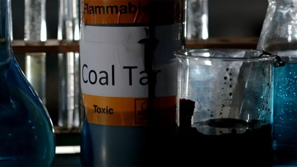 Asombrosamente, todo se logró manipulando químicamente un desecho de la industria del carbón: el alquitrán de hulla.