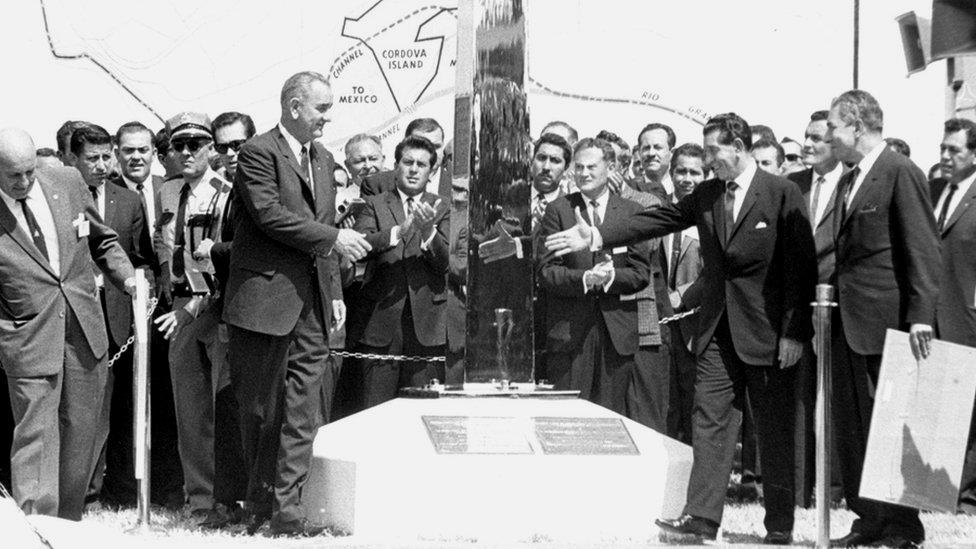 El presidente de EE. UU. Lyndon B. Johnson (izq) ratificó el pacto de El Chamizal con el presidente de México Adolfo López Mateos (der). GETTY IMAGES