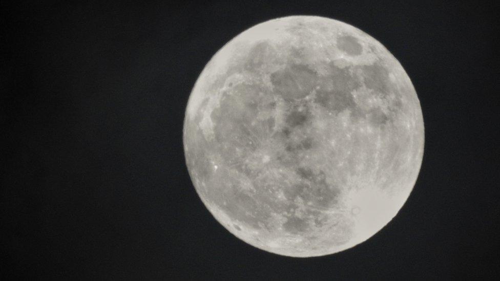 """La """"Luna de nieve"""" que veremos este martes es la segunda superluna del año. Hubo una el 21 de enero y la última ocurrirá el 21 de marzo. GETTY IMAGES"""