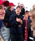 Muchos usuarios en redes sociales interpretaron la sonrisa que esboza Nicholas Sandmann como una burla contra Nathan Phillips. REUTERS