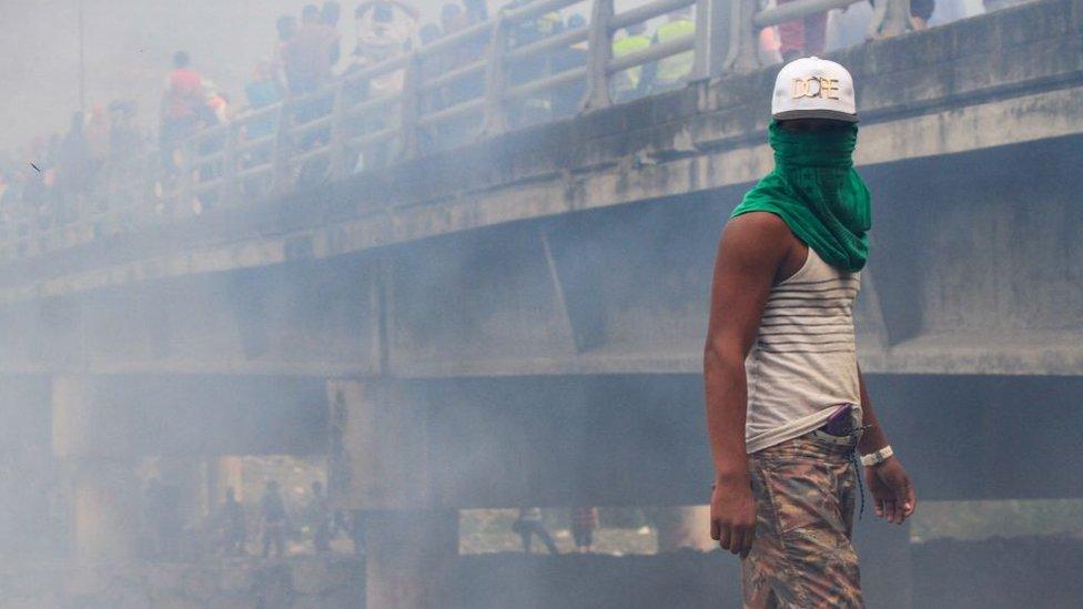 Debía ser el día en que Venezuela iba a recibir ayuda humanitaria y acabó siendo una jornada violenta. GETTY IMAGES