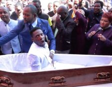 El pastor Alph Lukau (vestido de traje azul) afirmó que revivió a este hombre. ALPH LUKAU/FACEBOOK