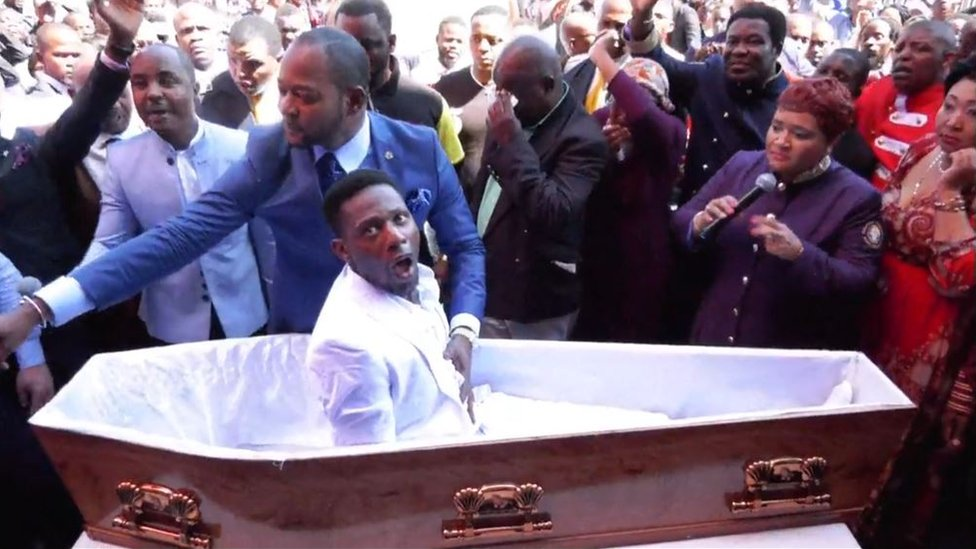 """El pastor que """"resucitó a un hombre muerto"""" en un video que se hizo viral y ahora enfrenta las demandas de varias funerarias"""