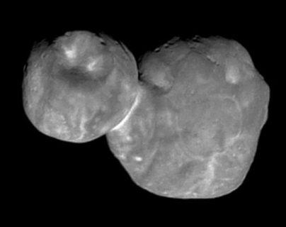 La topografía de Ultima Thule se ve ahora más clara y es posible distinguir zonas brillantes y hoyos oscuros. NASA/JHU-APL/SWRI