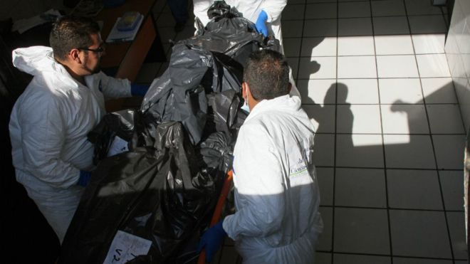 Más de mil 500 cuerpos no identificados fueron incinerados en Jalisco. Las cenizas permanecen en bolsas de plástico. AFP