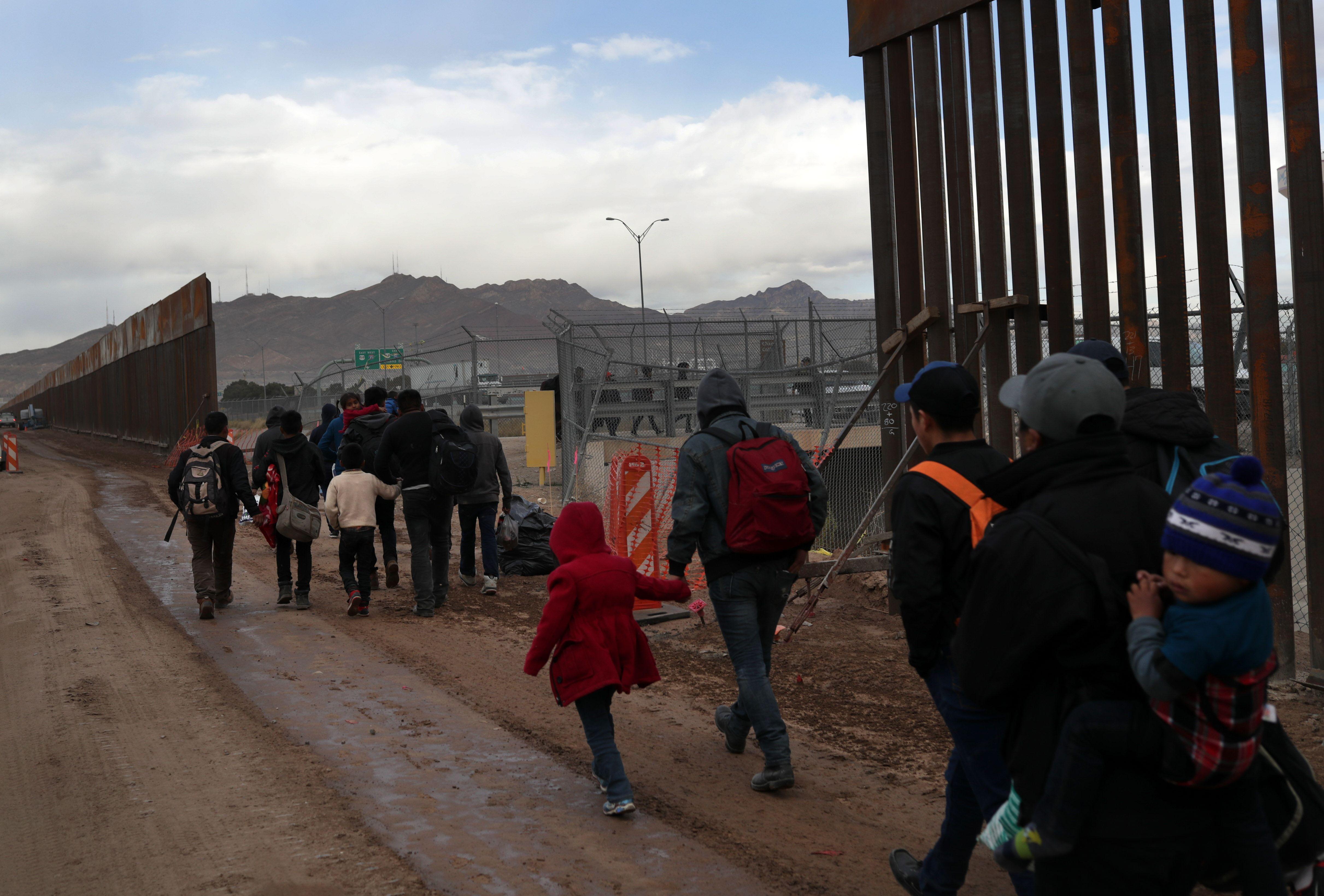 La caravana llegó a la frontera de El Paso, Texas, donde los migrantes solicitarán asilo. (Foto Prensa Libre. AFP)