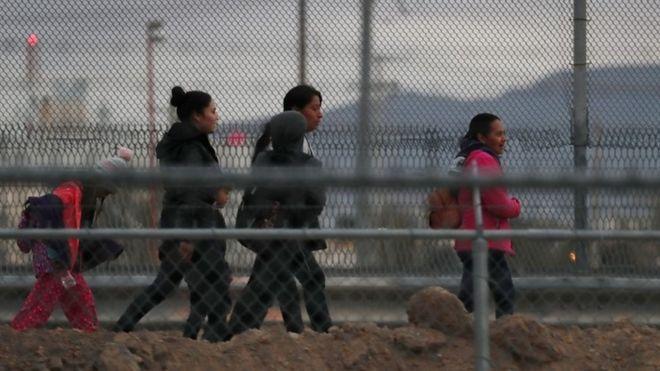 Las negociaciones entre demócratas y republicanos habían estado paralizadas por sus diferencias sobre temas como la detención de los inmigrantes indocumentados y el financiamiento del muro prometido por Trump. GETTY IMAGES