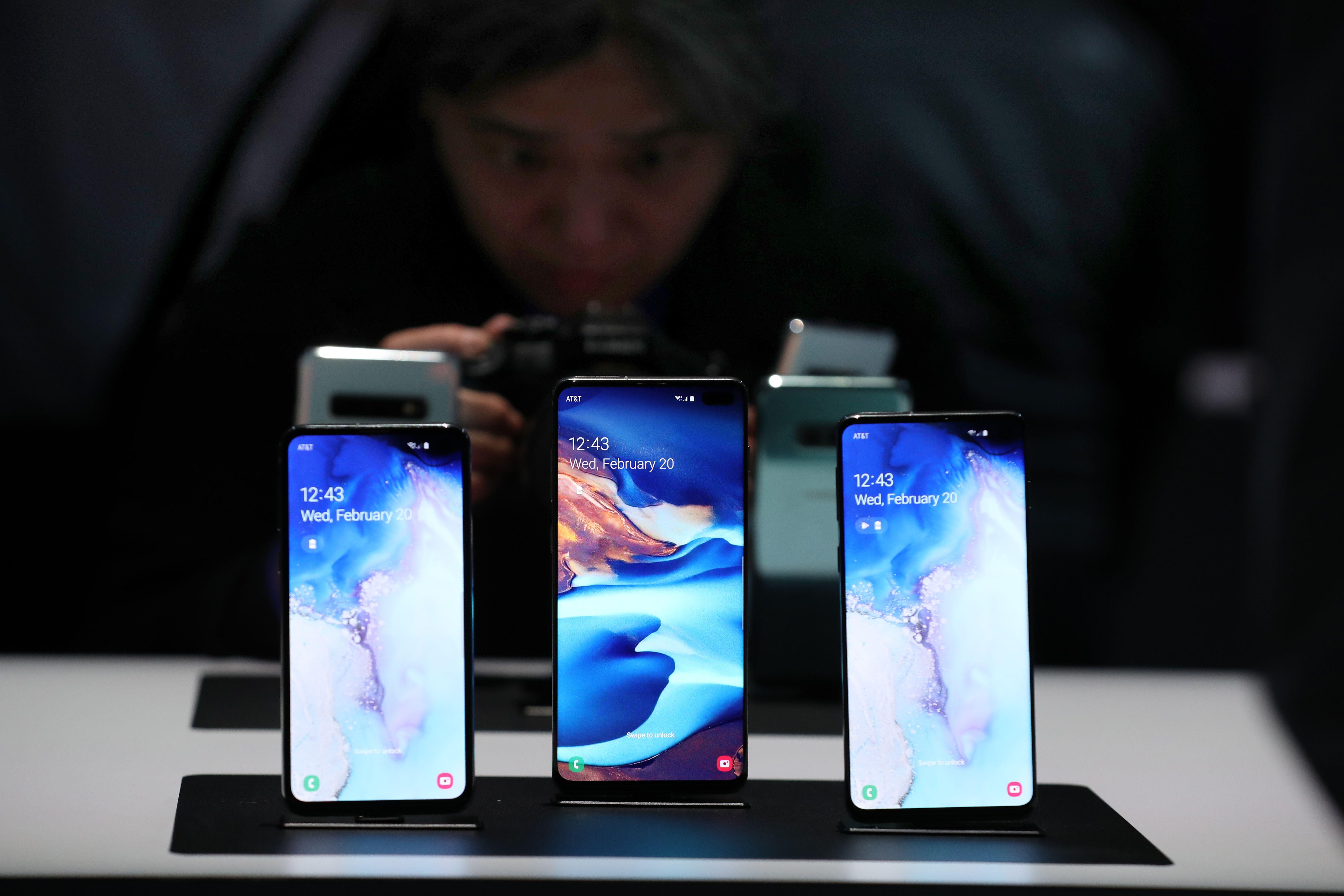 El S10E, el S10+ y el S10 son las nuevas apuestas de Samsung (Foto Prensa Libre: AFP).