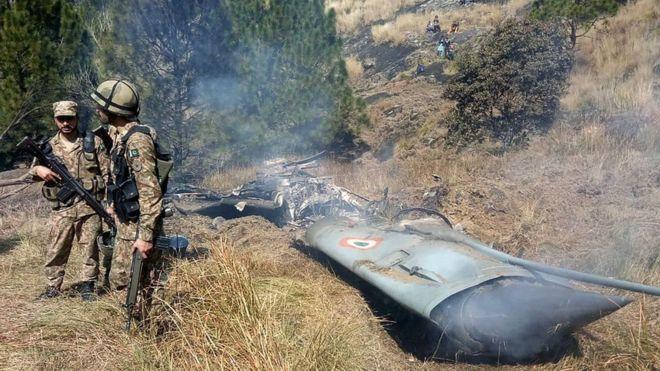 Uno de los dos aviones indios derribados cayó en territorio controlado por Pakistán. AFP