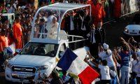 AME3634. CIUDAD DE PANAMÁ (PANAMÁ), 27/01/2019.- El papa Francisco saluda este domingo a su llegada para oficiar la misa de cierre de la Jornada Mundial de la Juventud (JMJ), en Ciudad de Panamá (Panamá). EFE/Esteban Biba
