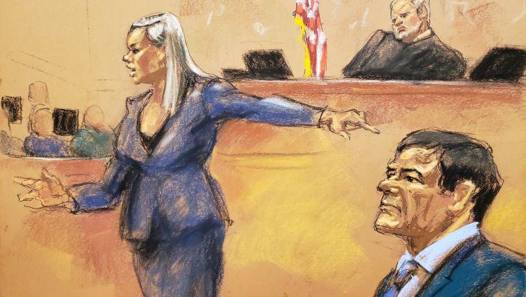 """MIA59. NUEVA YORK (ESTADOS UNIDOS), 31/01/2019.- Reproducción fotográfica de un dibujo realizado por la artista Jane Rosenberg donde aparece la asistente del Fiscal de Estados Unidos, Amanda Liskamm, frente al juez de la corte federal de Brooklyn, Brian Cogan (c), y el narcotraficante mexicano Joaquín """"El Chapo"""" Guzmán (dcha), durante la audiencia celebrada este jueves en el tribunal del Distrito Sur en Brooklyn, Nueva York (EE.UU.). La defensa de Joaquín """"El Chapo"""" Guzmán Loera pidió este jueves en su alegato final del juicio por narcotráfico que el jurado """"se aferre"""" a sus dudas ante las pruebas y los testimonios aportados por la fiscalía, de """"mentirosos y criminales"""", y declaren así al Chapo """"no culpable"""". EFE/Jane Rosenberg"""