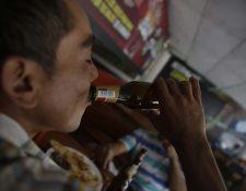 Horas antes del día de las elecciones está prohibido vender licor. (Foto Prensa Libre: EFE)