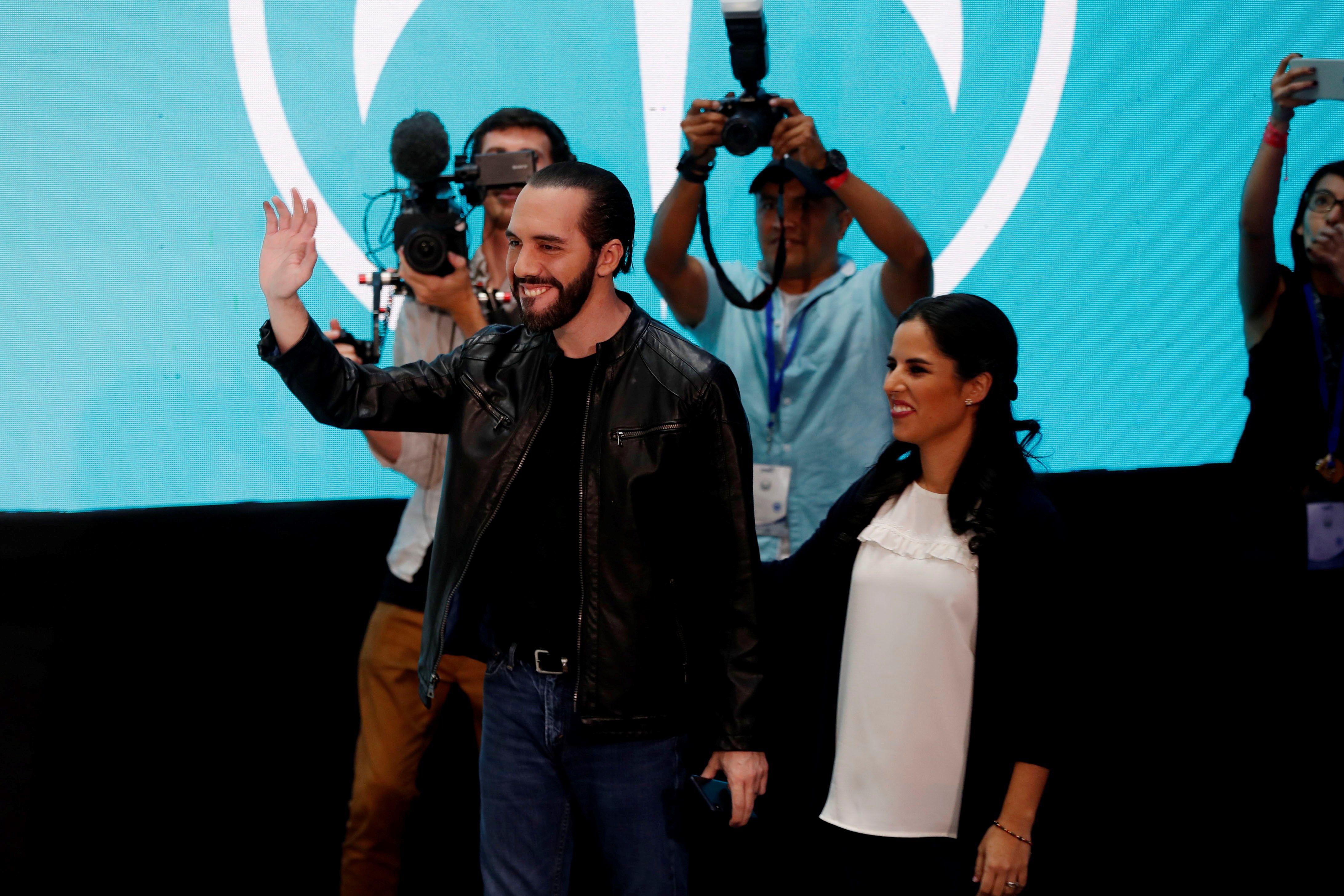 Nayib Bukele, y su esposa, Gabriele de Bukele, participan en conferencia a la prensa en la que anunció su virtual victoria como presidente de El Salvador. (Foto Prensa Libre: EFE)