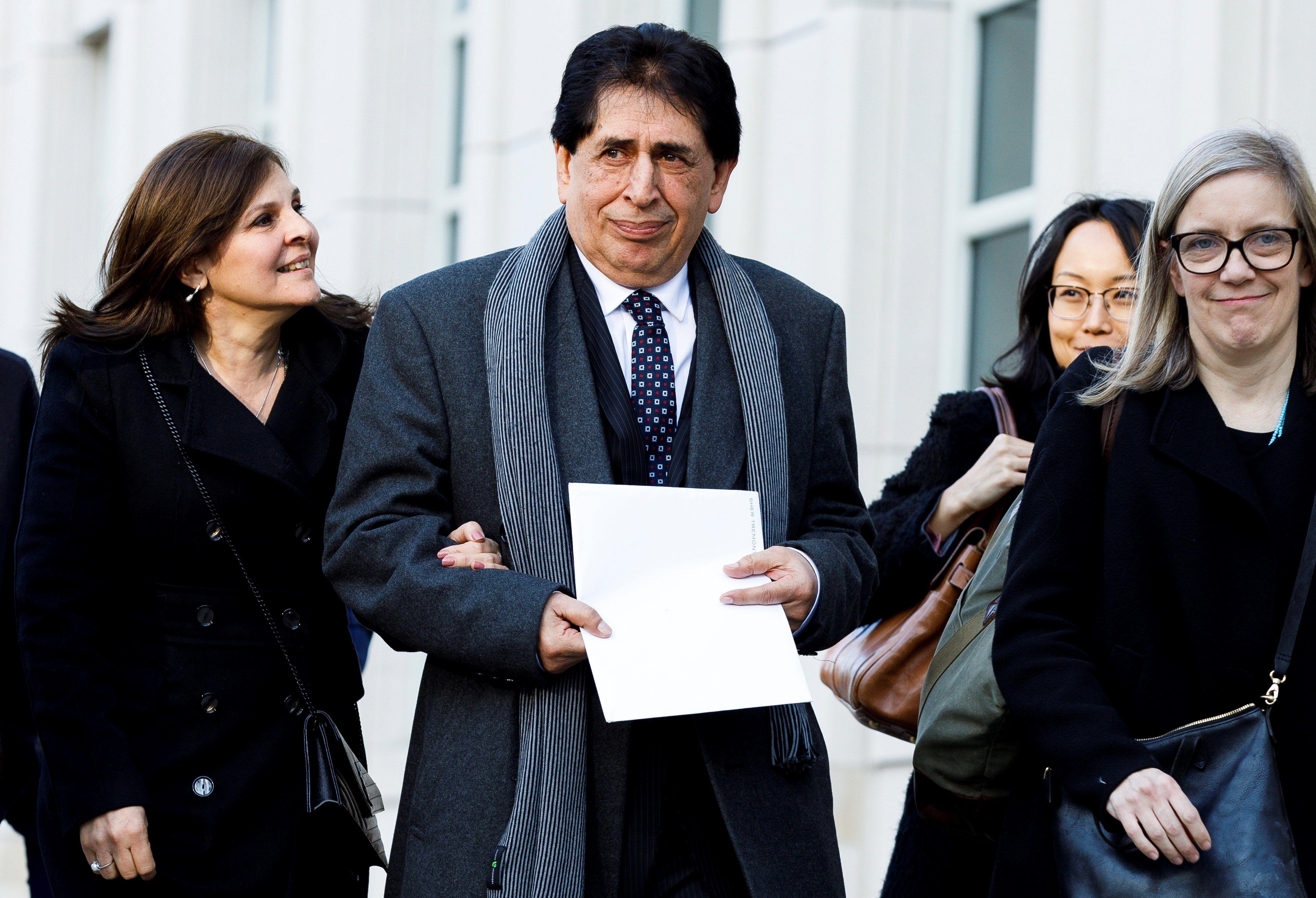 """JLX13. BROOKLYN (ESTADOS UNIDOS), 05/02/2019.- El expresidente Federación de Fútbol de Guatemala (Fedefutbol), Brayan Jiménez, sale del Tribunal Federal de los Estados Unidos tras una audiencia de sentencia este martes, en Brooklyn, Nueva York (EE.UU.). Jiménez ha sido condenado este martes en un tribunal de Nueva York por el tiempo servido en prisión y sentenciado a dos años de libertad supervisada en la trama de corrupción de la FIFA conocido como el """"FIFA Gate"""". EFE/ Justin Lane"""