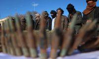 """HRT04. HERAT (AFGANISTÁN), 06/02/2019.- Miembros de las fuerzas de seguridad afganas muestran lar armas incautadas a 21 sospechosos de terrorismo en Herat (Afganistán), este miércoles. Los talibanes condicionaron hoy el inicio del diálogo de paz en Afganistán al levantamiento de las sanciones contra su movimiento y la liberación de los """"muyahidines y afganos inocentes"""" recluidos en las cárceles estadounidenses. EFE/ Jalil Rezayee"""