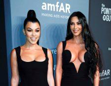 Las hermanas Kourtney y Kim Kardashian estarán entre las presentadoras. En esta foto, aparecen en la alfombra roja de la gala AmFar, en Nueva York, Estados Unidos. Foto Prensa Libre: EFE