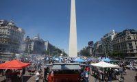 """BS01. BUENOS AIRES (ARGENTINA9, 07/02/2019.- Decenas de vendedores de 'choripanes' (bocadillos de chorizo -popularmente conocidos como 'chori-) participan en una jornada denominada """"parrilazo"""", en la que se regalaron cerca de 1.000 choris, este jueves, en Buenos Aires (Argentina). El Obelisco de Buenos Aires se llenó este jueves de humo cuando casi un centenar de asadores de 'choripanes' regalaron 1.000 de estos productos para pedir que no se prohíba su venta ante los estadios de fútbol, medida que busca evitar la financiación de grupos de ultras. El Gobierno de la capital argentina decidió, el 16 de enero, revocar los permisos otorgados y prohibir que se instalen puestos improvisados de venta de alimentos en las inmediaciones de los estadios durante los partidos. Cientos de argentinos expresaron su malestar por esta decisión, principalmente a través de las redes sociales, porque comer un 'chori' (como popularmente se conoce a este producto) o una hamburguesa camino al estadio es una tradición local. EFE/Aitor Pereira"""