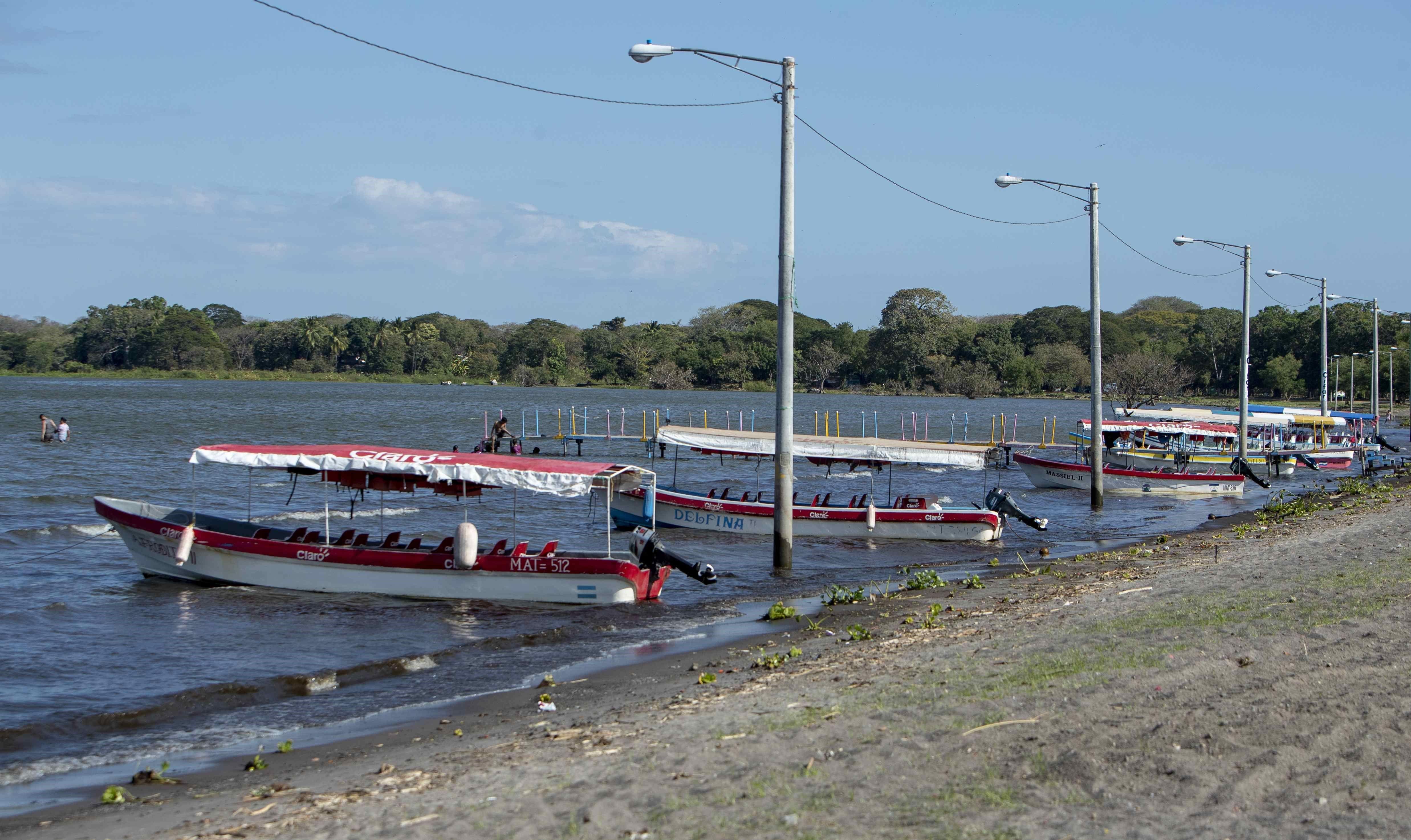"""Vista de varios botes en las costas del lago Cocibolca en Granada (Nicaragua). La crisis sociopolítica ha golpeado """"severamente"""" el talento humano en las empresas turísticas del país. (Foto Prensa Libre: EFE)"""