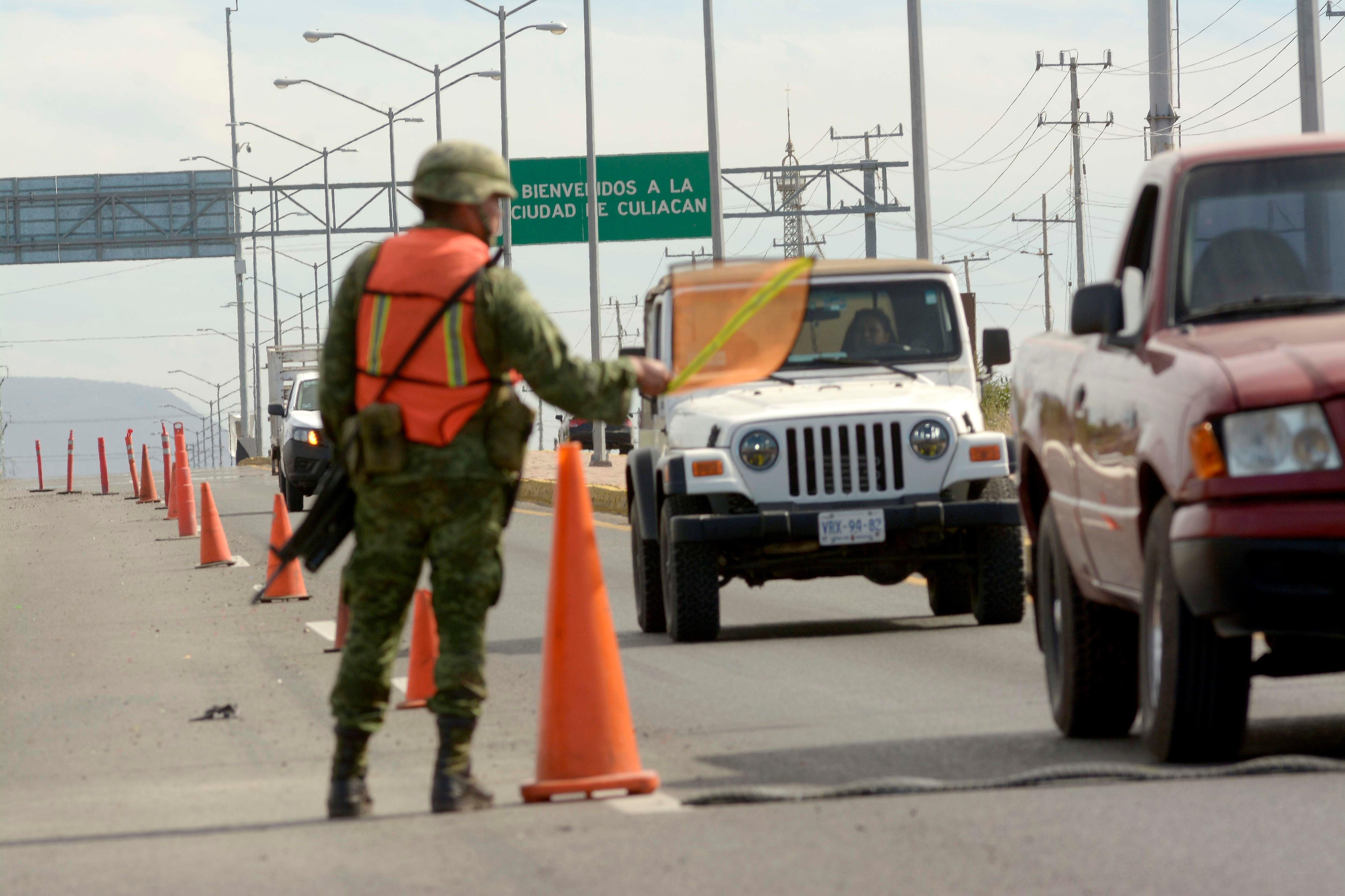 Efectivos del Ejercito Mexicano y Policías Federales, realizan un operativo. (Foto Prensa Libre EFE/Juan Carlos Cruz)