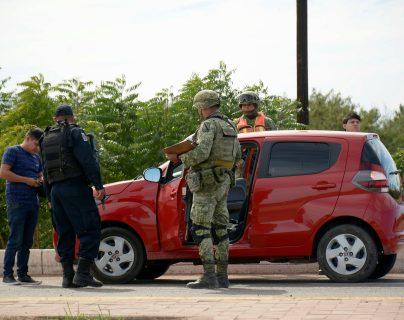 El ejercito mexicano y policías federales, realizan varios operativos para recuperar varias ciudades marcadas por la violencia. ( Foto Prensa Libre: EFE/Juan Carlos Cruz)