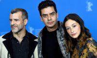 """Jayro Bustamante (c), posa junto a los actores guatemaltecos Juan Pablo Olyslager y Diane Bathen, durante la presentación de la película """"Temblores"""", en la 69 edición del festival Internacional de Cine de Berlín, Alemania. (Foto Prensa Libre: EFE)"""