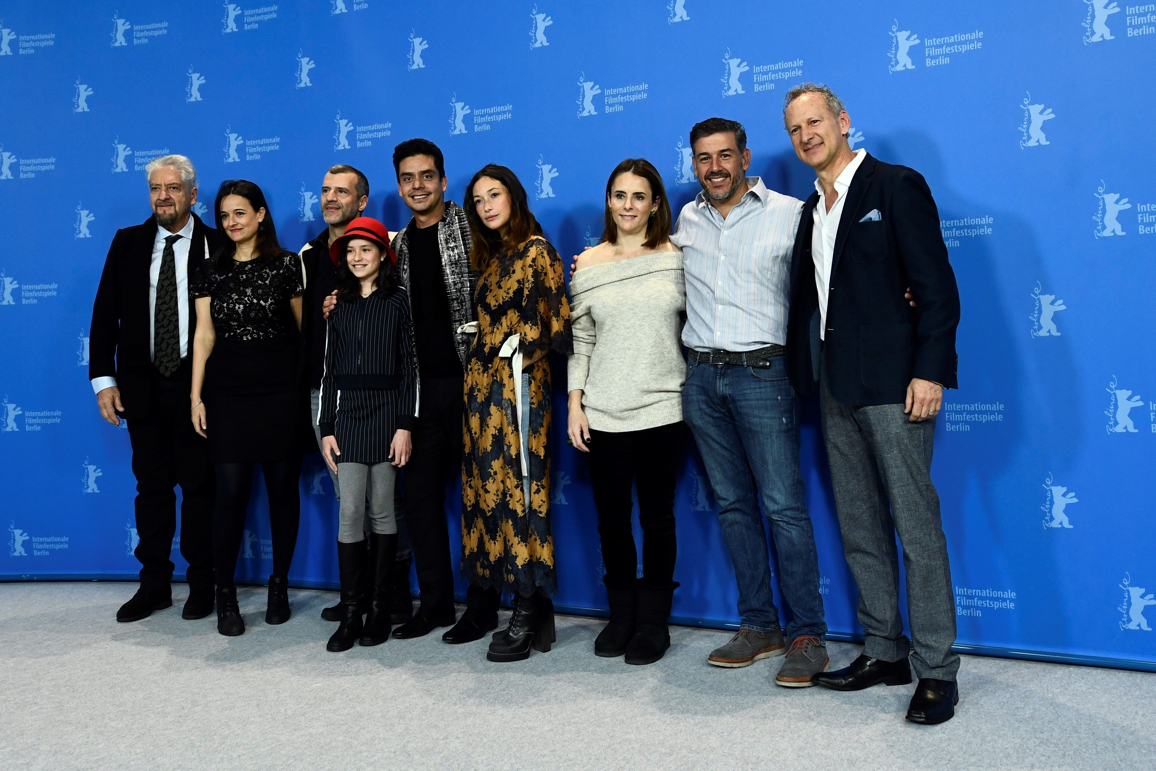 """Jayro Bustamante (c), posa junto a los actores guatemaltecos Pablo Olyslager  y Diane Bathen,  y varios miembros del reparto, durante la presentación de la película """"Temblores"""", en la 69 edición del festival Internacional de Cine de Berlín, Alemania.  (Foto Prensa Libre: EFE)"""
