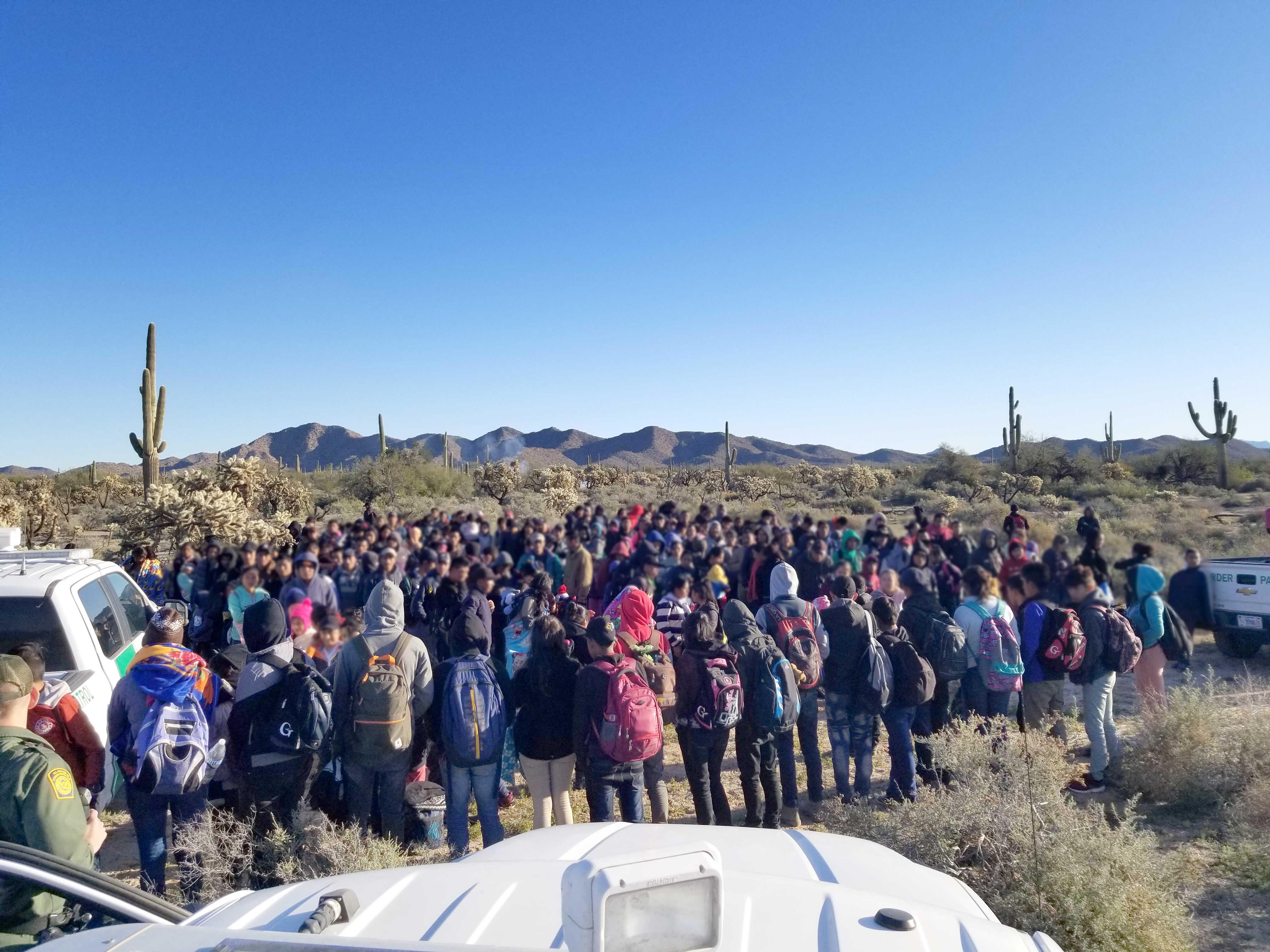 MIA51. TUCSON (AZ, EEUU), 08/02/2019.- Fotografía cedida por la Patrulla Fronteriza (CBP) donde aparece un grupo de 325 indocumentados centroamericanos, entre ellos 150 menores de edad, que fueron detenidos por la Patrulla Fronteriza del sector Tucson tras ingresar de manera ilegal en el país, informó hoy la agencia federal. El grupo fue detenido el jueves al oeste de la población de Lukeville, en la frontera entre Arizona y México, luego de ser descubierto por un helicóptero de la Oficina de Aduanas y Protección Fronteriza (CBP) que se acercó hasta donde había divisado una fogata a través de una cámara de vigilancia. EFE/CBP/SOLO USO EDITORIAL/NO VENTAS