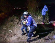 Una familia de migrantes de tres adultos y dos niños centroamericanos son rescatados al cruzar el río que separa a México y Estados Unidos. (Foto Prensa Libre: EFE)