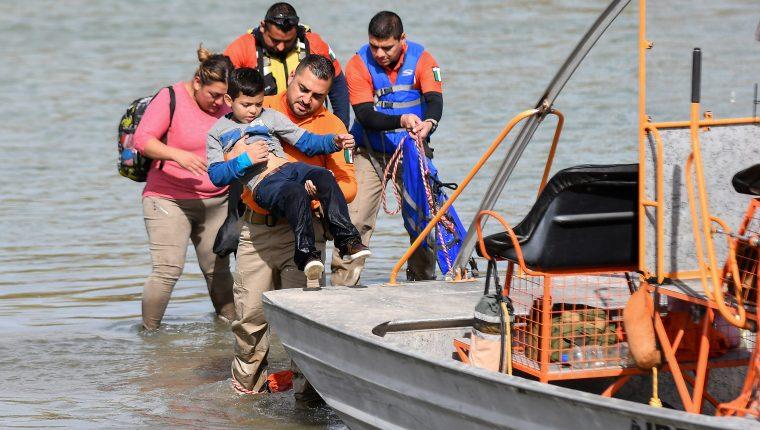 Migrantes que viajaron en caravana desde Honduras cruzan la frontera entre México y EE. UU. (Foto Prensa Libre: Hemeroteca)