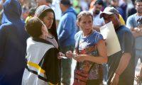 """MEX026. PIEDRAS NEGRAS (MÉXICO), 15/02/2019.- Ciudadanos centroamericanos de la caravana migrante permanecen este viernes en el albergue proporcionado por autoridades mexicanas, en el punto fronterizo de Piedras Negras, en el estado de Coahuila (México). El presidente estadounidense, Donald Trump, citó este viernes una supuesta """"invasión"""" a EE.UU. con """"drogas y tráfico de personas"""" para justificar su recurso a una declaración de """"emergencia nacional"""" para reunir unos 8.000 millones de dólares para financiar la construcción de un muro en la frontera con México. EFE/Miguel Sierra"""