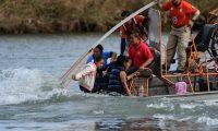AME4206. PIEDRAS NEGRAS (MÉXICO), 15/02/2019.- Ciudadanos centroamericanos son rescatados por agentes migratorios mexicanos del grupo Beta, este viernes sobre el Río Bravo, en la frontera entre México y EE. UU. (México). EFE/ Miguel Sierra