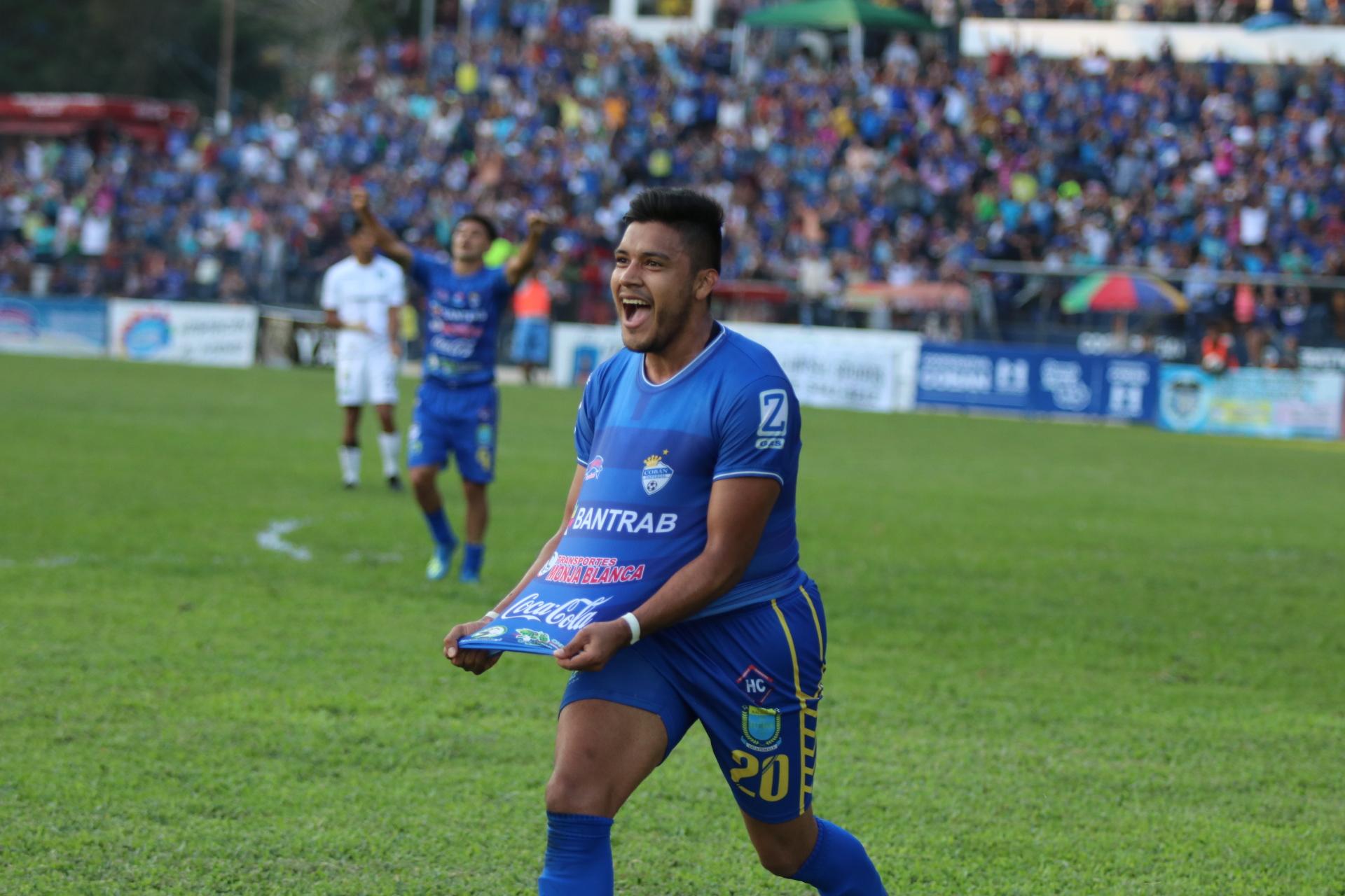 Víctor Guay celebra después de anotar el gol de la victoria de Cobán Imperial contra Comunicaciones. (Foto Prensa Libre: Eduardo Sam)