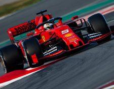 El piloto alemán de Ferrari, Sebastian Vettel, durante la primera jornada de los entrenamientos oficiales de pretemporada de Fórmula Uno que se celebran en el Circuito de Barcelona, (Foto Prensa Libre: EFE).