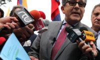 """QUI01. QUITO (ECUADOR), 19/02/2019.- César Montúfar, candidato a la Alcaldía de Quito, muestra a la prensa copias de dos correos electrónicos donde, según él, se evidencian """"pagos ilegales"""" de Odebrecht, a su salida de la Fiscalía General este martes, en Quito (Ecuador). Montúfar pidió a la Fiscalía General del Estado que investigue unos presuntos """"pagos ilegales"""" de la empresa brasileña Odebrecth para la construcción del Metro de Quito. EFE/José Jácome"""
