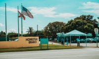 MIA22. HOMESTEAD (FL, EEUU), 19/02/2019.- Fotografía sin fecha cedida por Harry Castiblanco donde se observa la entrada del centro de detención de indocumentados en Homestead, Florida (EE.UU.). Una delegación del Caucus Hispano del Congreso de EE.UU., encabezada por su presidente, Joaquín Castro, visitó este martes en Florida el mayor centro de detención para inmigrantes indocumentados menores de edad del país y se comprometió a hacer todo lo posible para que se reúnan cuanto antes con sus familiares. EFE/Harry Castiblanco/SOLO USO EDITORIAL/NO VENTAS