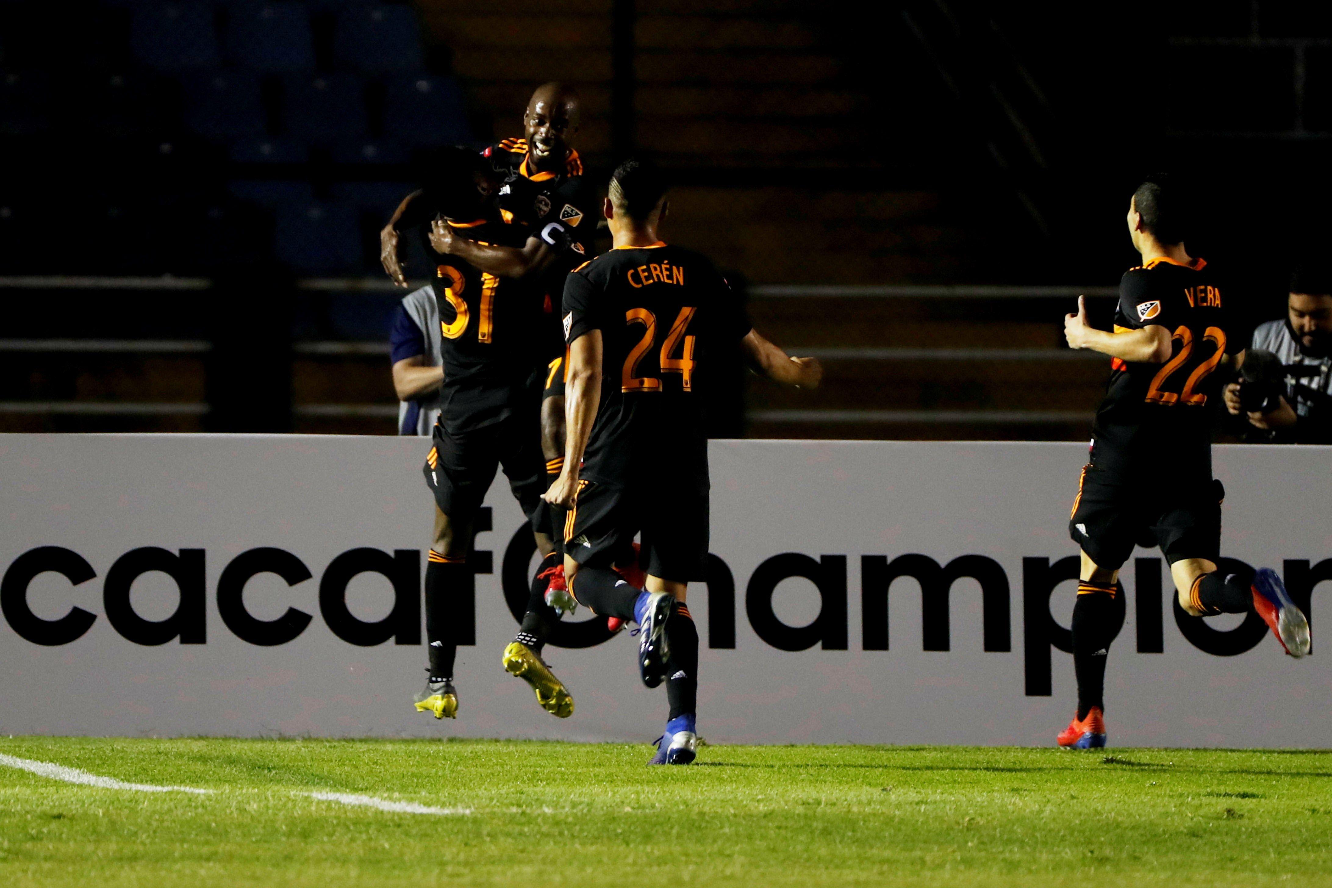 El equipo del Houston Dynamo de la MLS ganó en el juego de ida en el Doroteo Guamuch Flores. (Foto Prensa Libre: EFE)