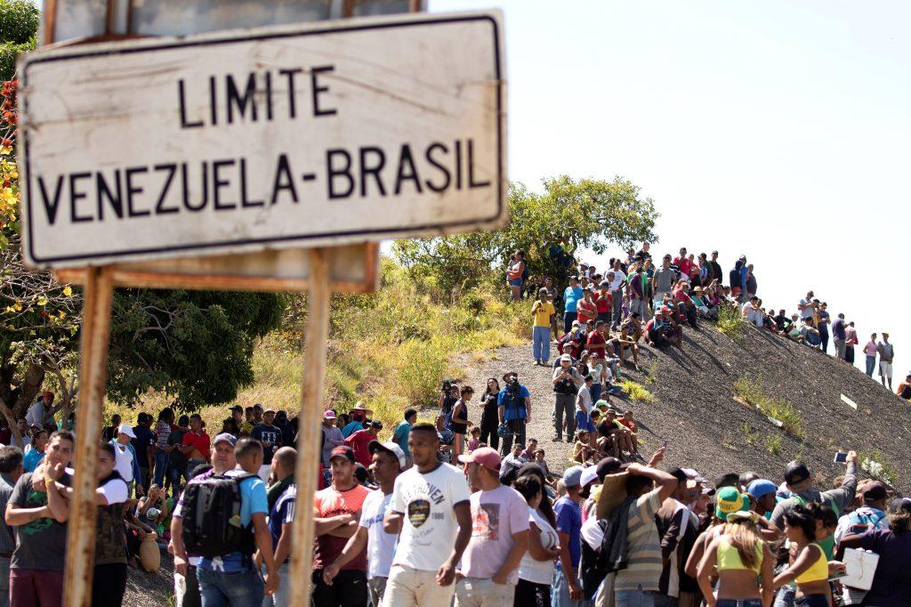 Vista de ciudadanos venezolanos en la localidad Pacaraima, en el límite fronterizo entre Brasil y Venezuela