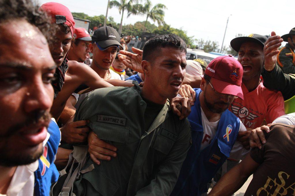 Un miembro de la Guardia Nacional Bolivariana deserta en el Puente Internacional Simón Bolívar