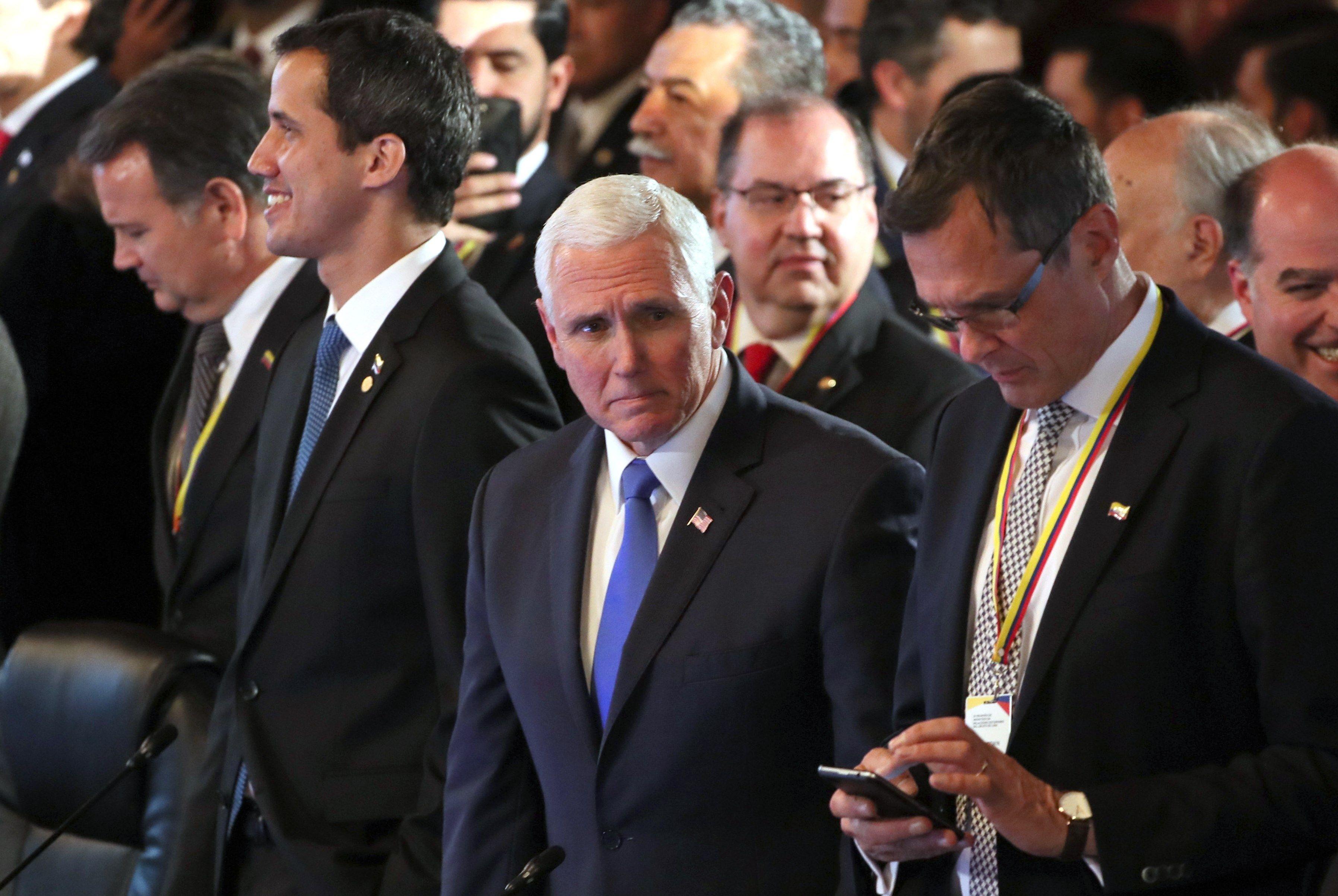 El mandatario interino de Venezuela, Juan Guaidó (i); el vicepresidente de Estados Unidos, Mike Pence (c), y el embajador de Alemania en Colombia, Peter Ptassek (d), participan en el inicio de una reunión como parte de la cumbre del Grupo de Lima. (Foto Prensa Libre: EFE)
