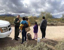 La migración ilegal hacia EE. UU. preocupa a los congresistas estadounidenses. En la fotografía una de las miles de familias que han llegado a la frontera sur de ese país. (Foto Prensa Libre: EFE)