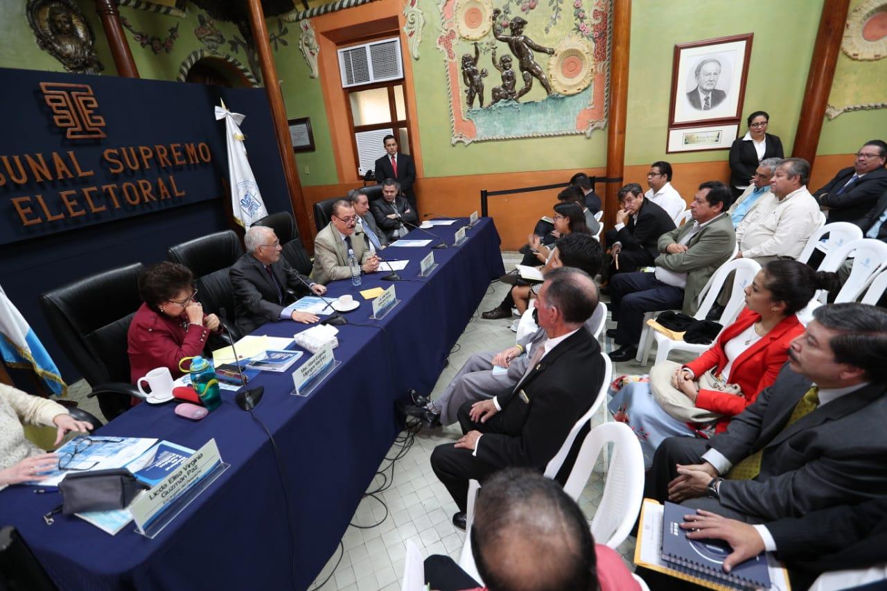 Reunión de fiscales -representantes- de partidos políticos y magistrados del TSE.  (Foto Prensa Libre: Carlos Hernández)