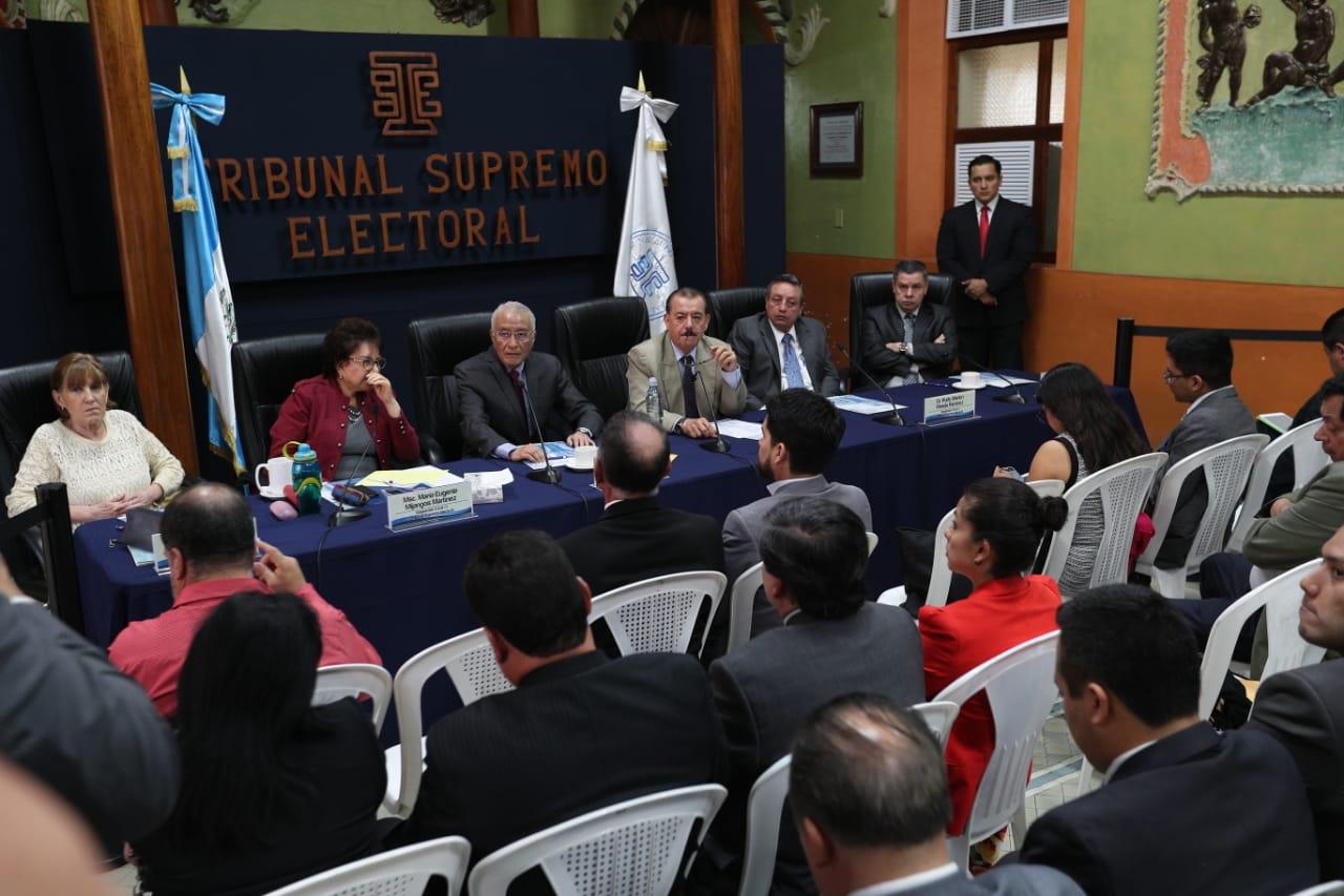 Los magistrados del TSE, durante la reunión semanal que sostienen con los fiscales de los partidos políticos. (Foto Prensa Libre: Carlos Hernández Ovalle)