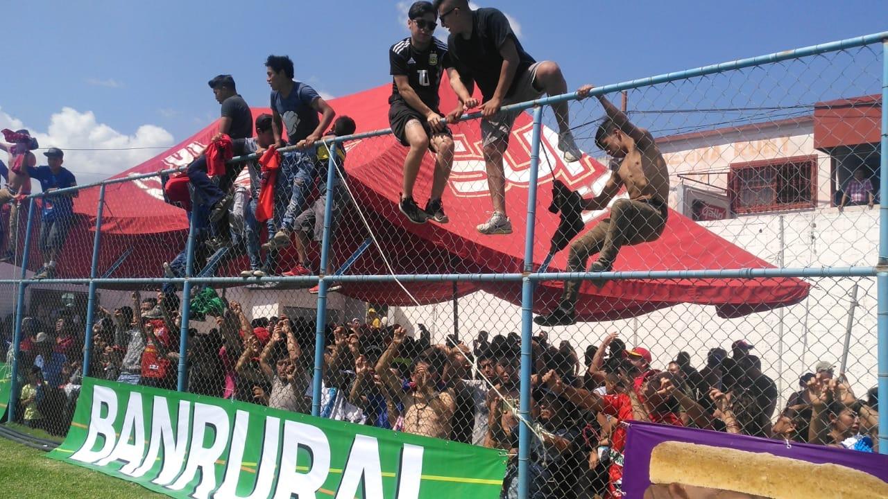 Aficionados de Municipal ingresaron al Estadio Municipal de Sanarate. (Foto Prensa Libre: La Red)