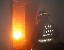 Bomberos Voluntarios controlaron el incendio dentro del albergue Hogar Seguro Diamante 4. (Foto Prensa Libre: Bomberos Voluntarios)