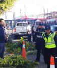 Encapuchados bloquearon durante unos minutos el ingreso principal al campus central de la Usac en rechazo a la prohición de bautizos. (Foto Prensa Libre: Cortesía)