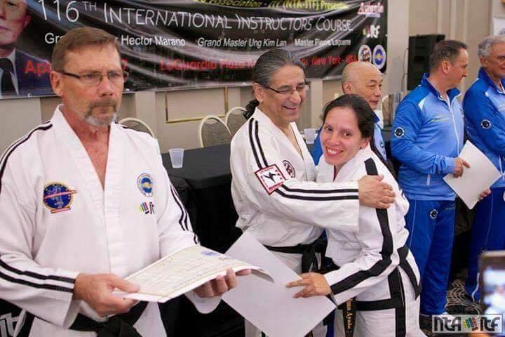 Thelma Ayala junto al Máster Rubén Suárez, recibe el diploma tras cursar el curso de arbitraje. (Foto cortesía Thelma Ayala).