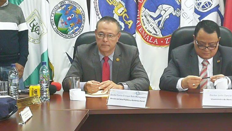 Ministro de Salud, Carlos Soto, durante la firma del convenio sobre demandas salariales con el gremio médico. (Foto Prensa Libre: Ana Lucía Ola)